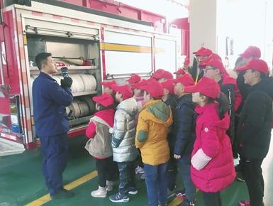 社区青少年零距离学消防